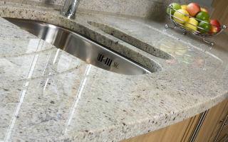 Использование белого гранита при оформлении кухни и ванной