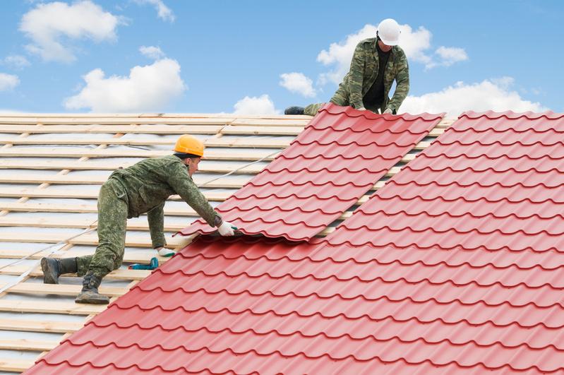 Как крыть крышу металлочерепицей своими руками фото