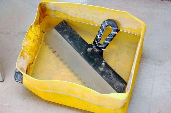 При работе держите шпатель в воде