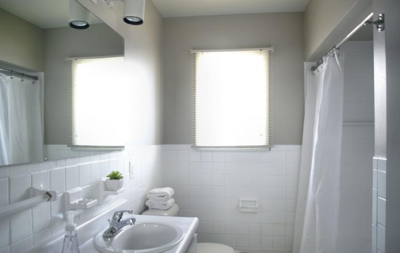 Urbane-Apartments-Как-выбрать-люстру-для-ванной-825x522[1]