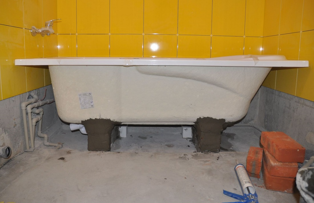 Установка ванны на кирпичи своими руками
