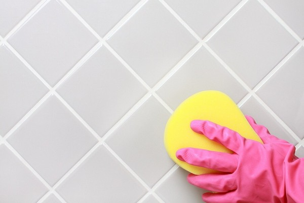 чистим швы в ванной