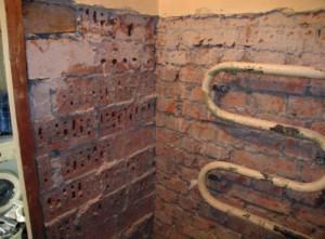 Неровные стены в ванной