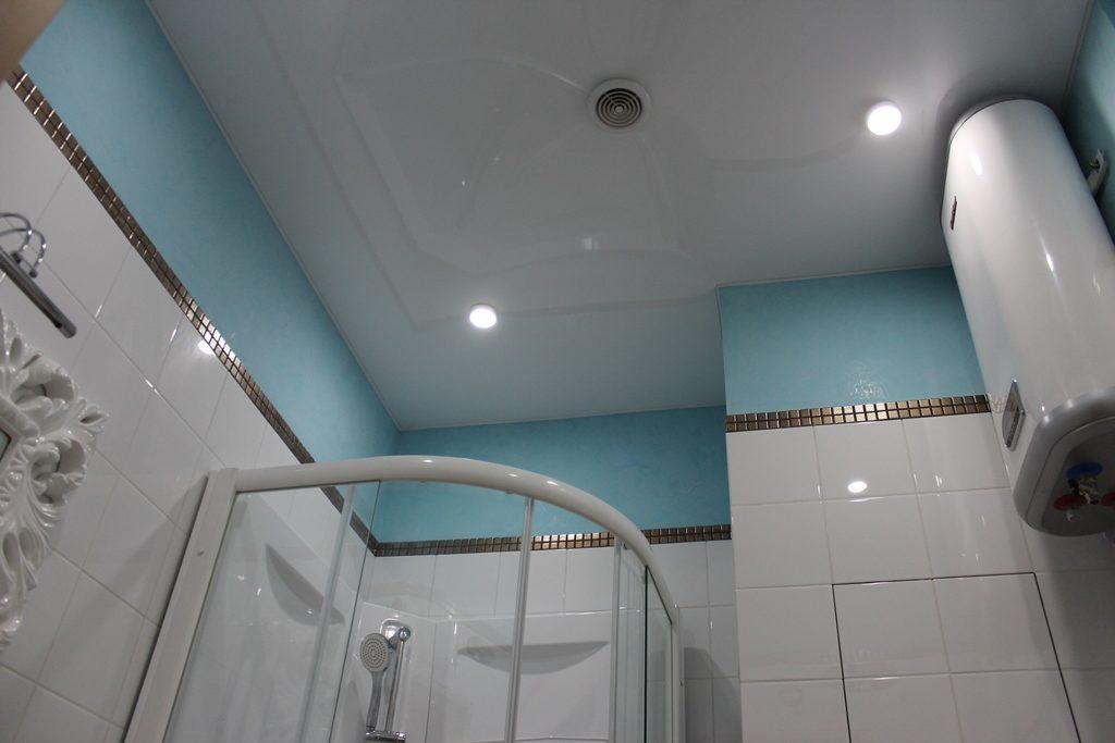 окрашивание потолка в ванной