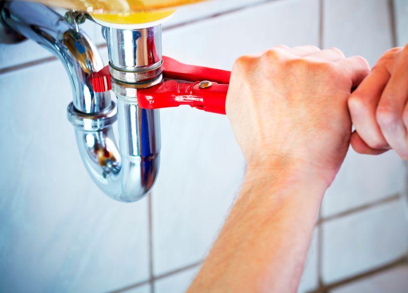 Замена сифона под ванной