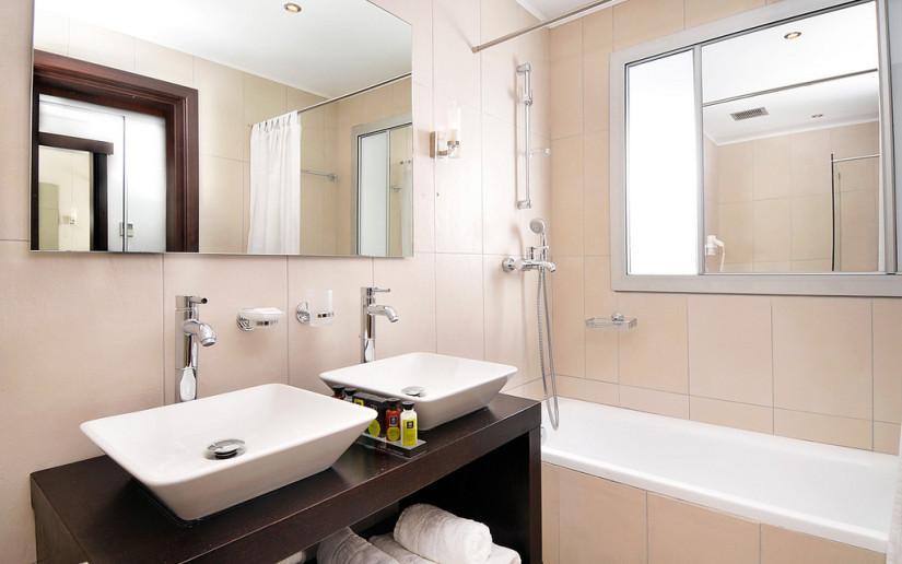 Kassandra-Bay-Resort-SPA-Как-выбрать-мебель-для-ванной-825x516[1]