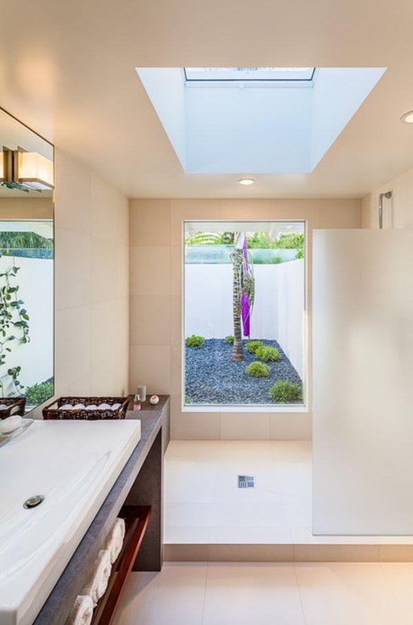 Шесть потрясающих вариантов использования мансардных окон в ванных комнатах (15 фото)