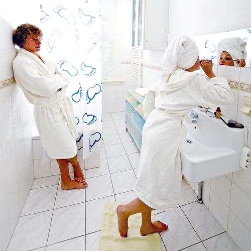 6 советов по выживанию в единственной ванной комнате в большой семье