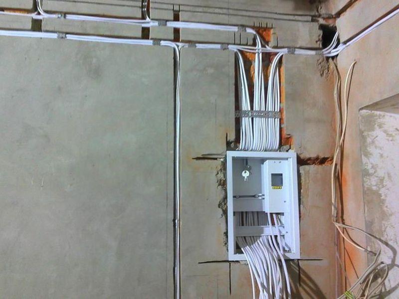 montazh-elektroprovodki-otkrytym-metodom[1]