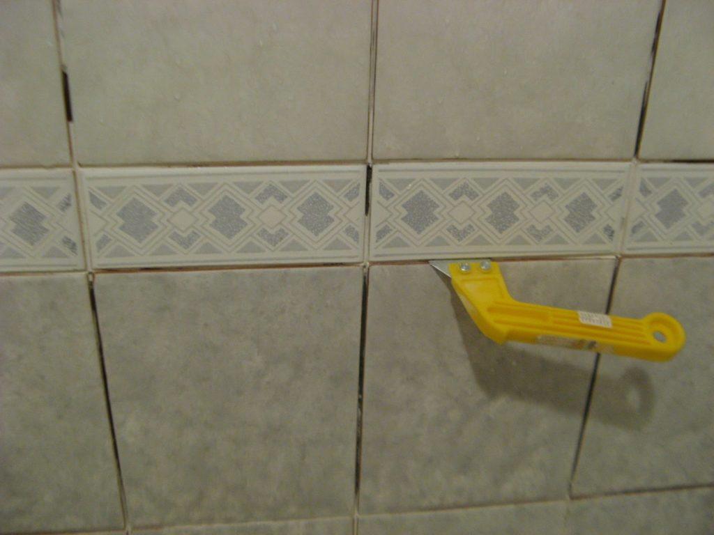 обновляем швы в ванной