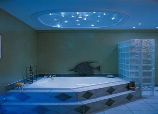 Потолок в большой ванной